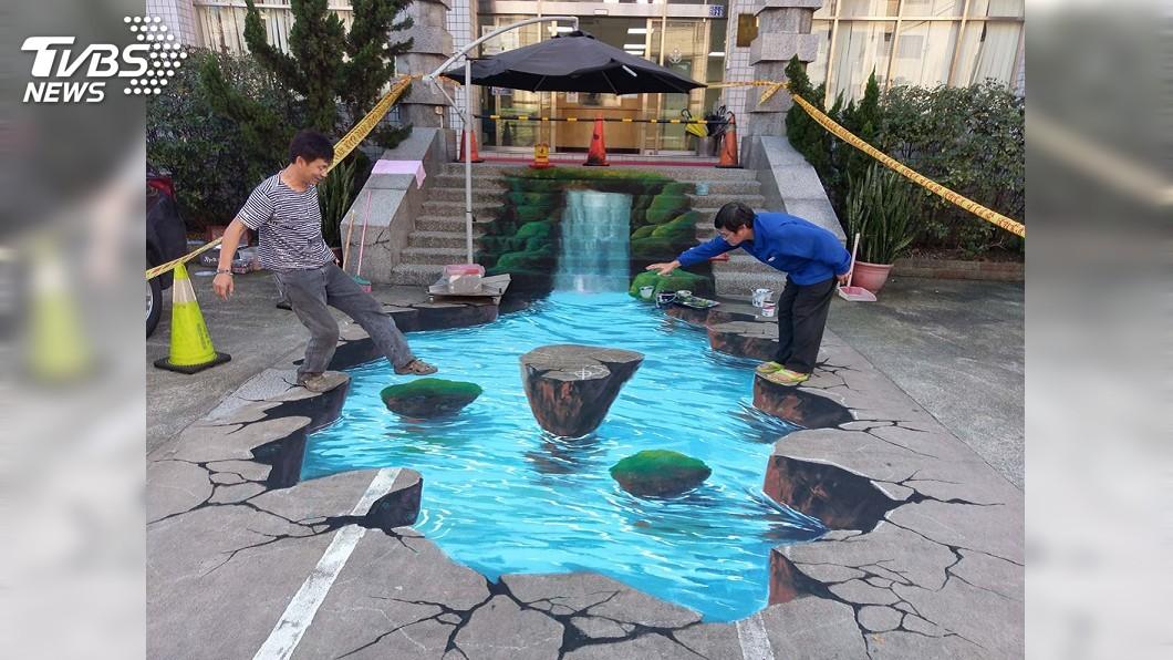 圖/中央社 基隆警方美化派出所 大門3D瀑布圖成打卡點