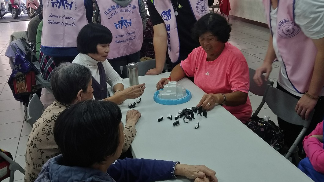 圖/元培醫事科大提供 科大生自製輔具桌遊卡 帶長者玩桌遊預防失智