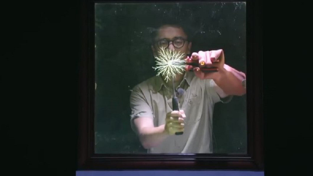 圖/翻攝自youtube 玻璃內層美麗紋路 鐵釘敲擊表面產生電離