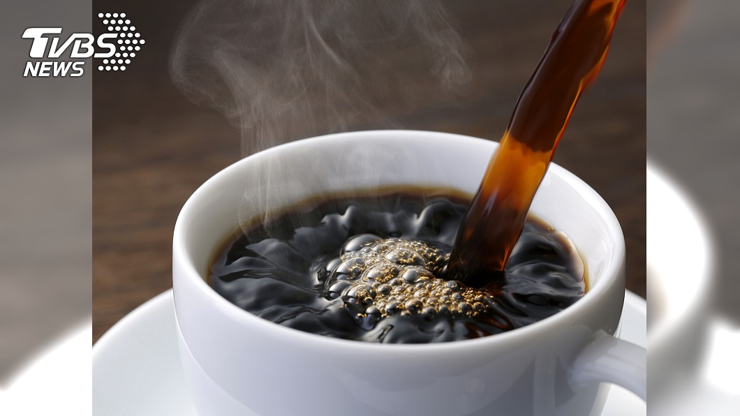 飲用熱飲會增加食道癌發生的危險性。圖/TVBS 婦喝熱咖啡食道「全燙傷脫皮」 增添罹癌機率