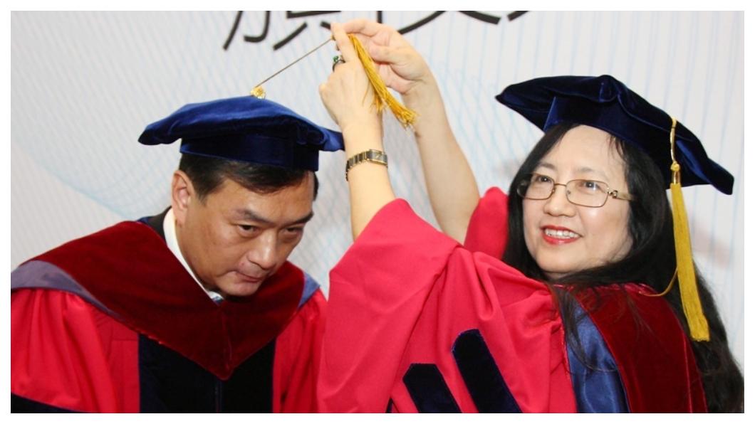 裕隆集團董事長嚴凱泰(左)2011年獲頒交通大學名譽管理學博士學位,妻子陳莉蓮(右)接下裕隆執行長,夫妻鰜鰈情深,共育有一子一女。  圖/中央社