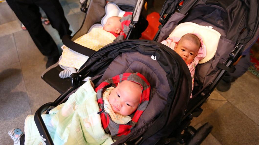 圖/翻攝北港朝天宮臉書 醫生想減胎…媽祖娘娘不答應!高齡媽順產3胞胎謝恩
