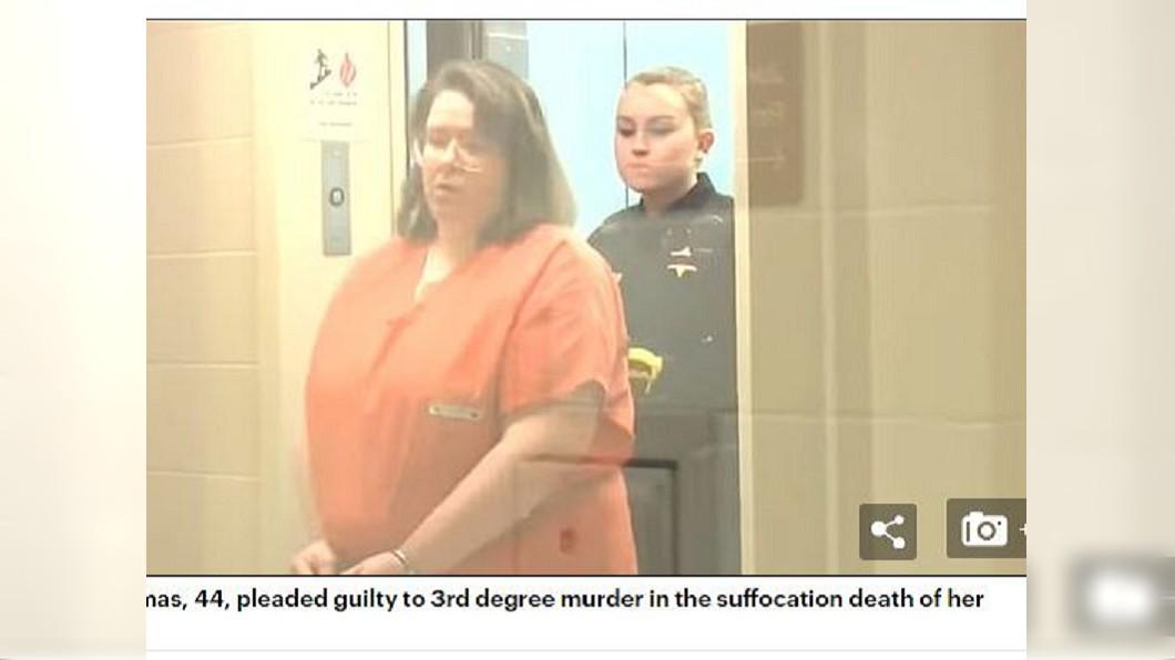 美國一名體重破百公斤的女子家暴男友,一屁股坐在對方胸腔導致他窒息死亡。(圖/翻攝自每日郵報) 一屁股「坐死」54公斤男友 136公斤胖女辯:不小心