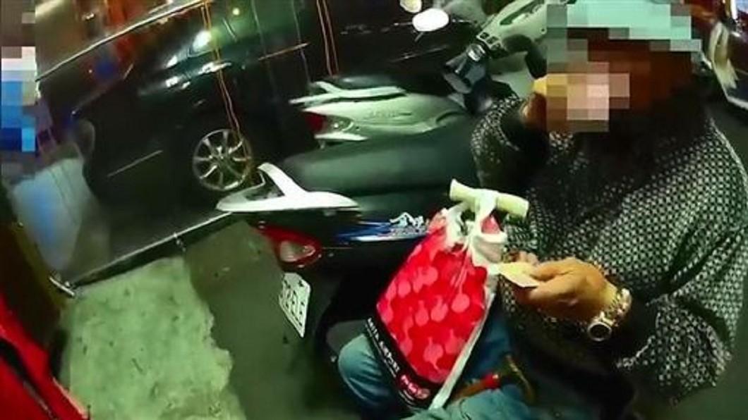 圖/翻攝畫面 77歲退休老警跌坐路邊 暖警:換學弟為您服務!