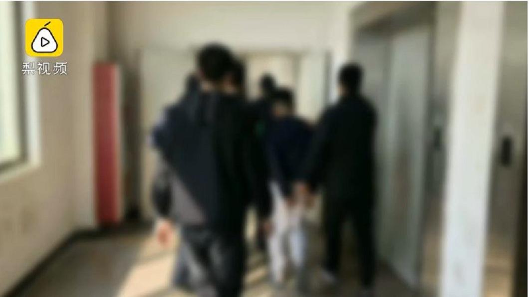 男子打輸對方4次,最後報警想藉由警方力量處理,結果一行人全被逮捕。(圖/翻攝自梨視頻)