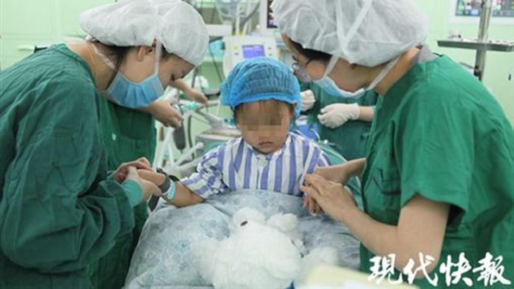 圖/翻攝現代快報 全球僅3例!3歲女童患乳癌 左胸滲出紅色分泌物