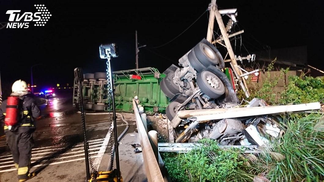 圖/TVBS 化學車翻覆醋酸外洩 駕駛卡變形車頭明顯死亡