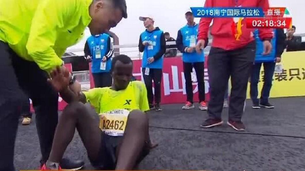 圖/翻攝自 微博 衝刺奪冠突被強拉拍照 馬拉松選手癱軟險腦死