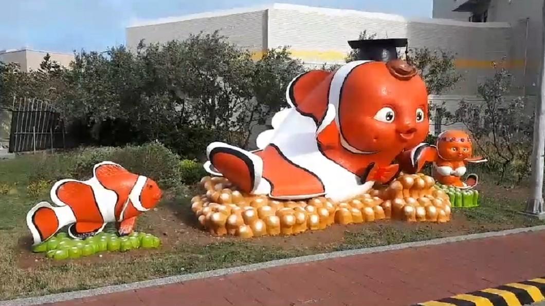 小丑魚吉祥物總共3隻,爆紅的比基尼小丑魚在最左邊。圖/TVBS