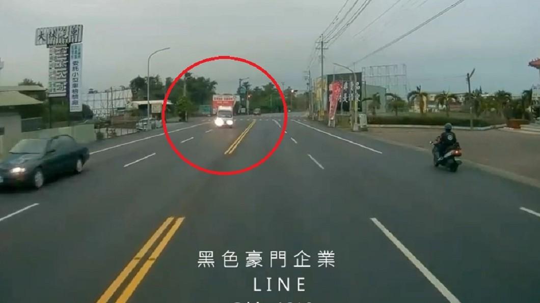 圖/翻攝黑色豪門企業臉書 對向車閃大燈挑釁?一轉彎秒懂…老司機嘆:快失傳