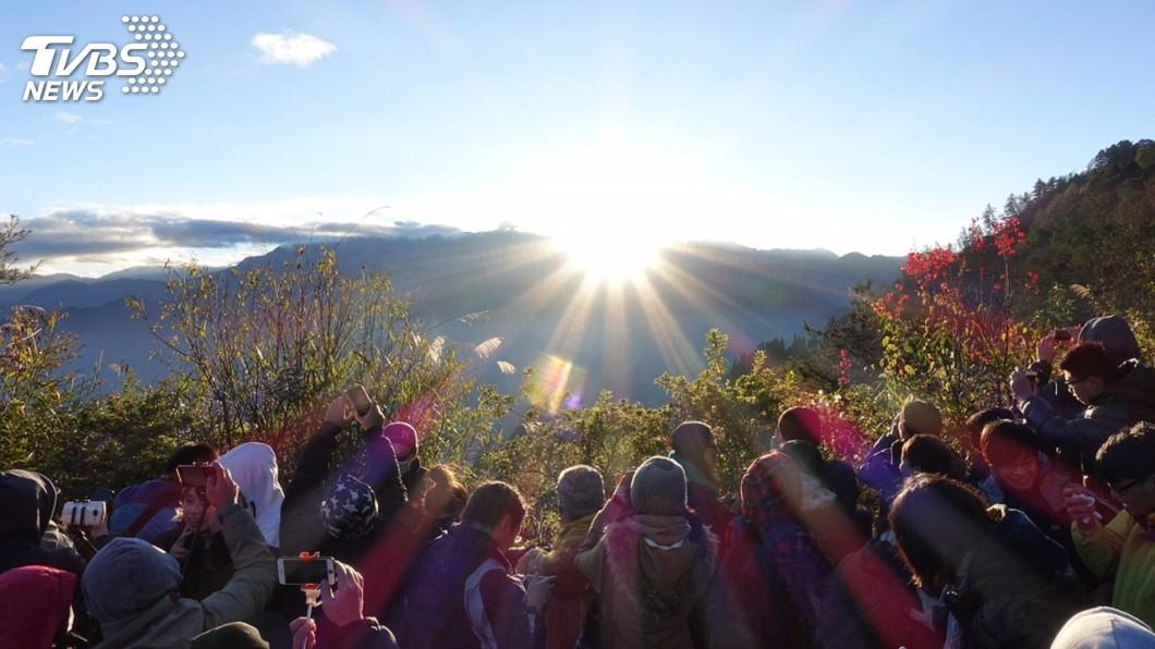 圖為阿里山曙光美景。圖/觀光局提供