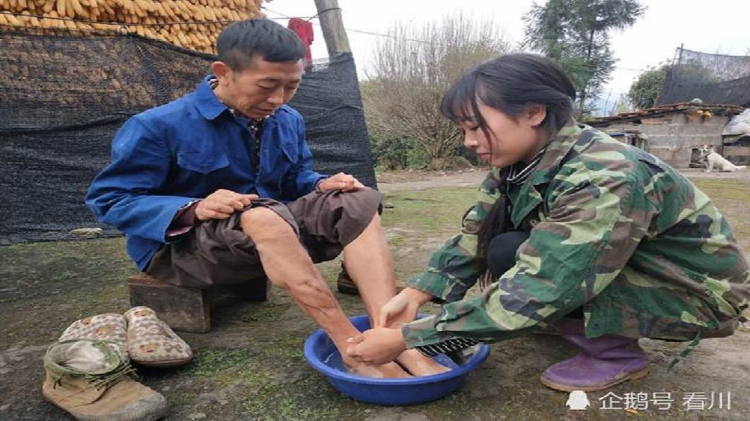 女孩的父親因為工作發生意外,導致右腳成了殘疾。(圖/翻攝自陸網)