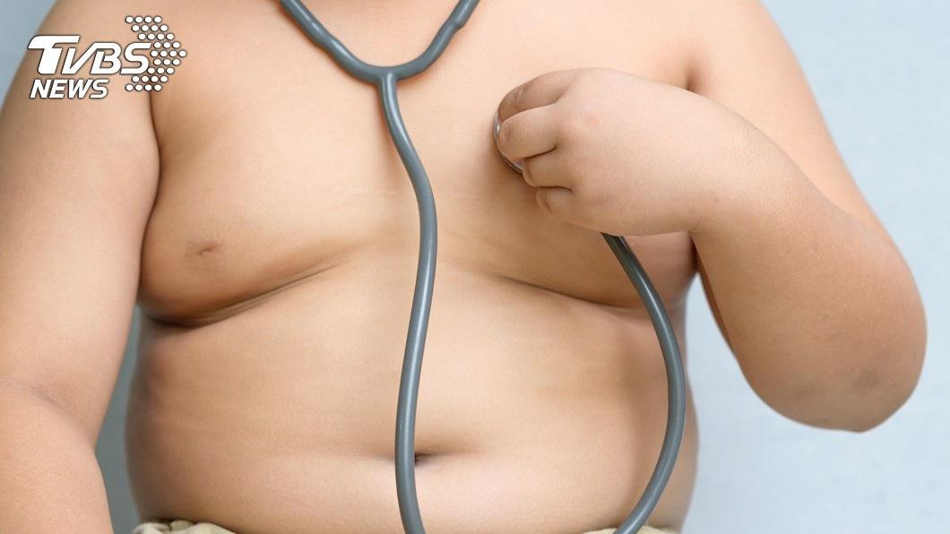 許多男性出現乳房增長的情況,常會變得十分自卑。(示意圖/TVBS)