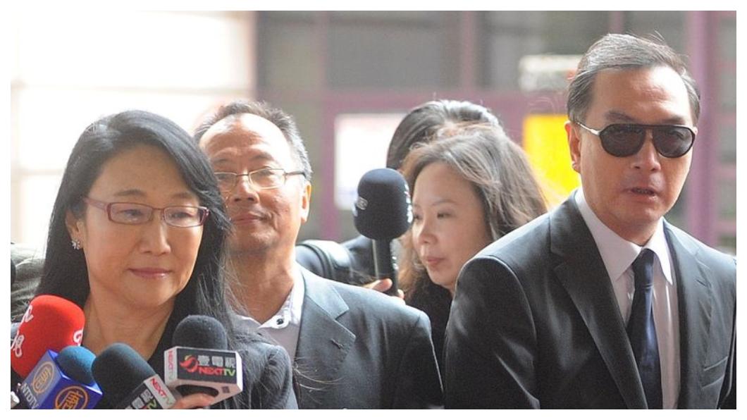 你的煎熬我能體會!嚴凱泰(右)無條件公開力挺hTC,而宏達電董事長王雪紅(左)也在嚴凱泰驟逝後表示「我們不只失去一位摯友,台灣更失去一位企業家典範」,同樣走上自有品牌這條孤獨的路,究竟有多麼艱辛,個中滋味只有這群台灣英雄心裡清楚!  圖/中央社