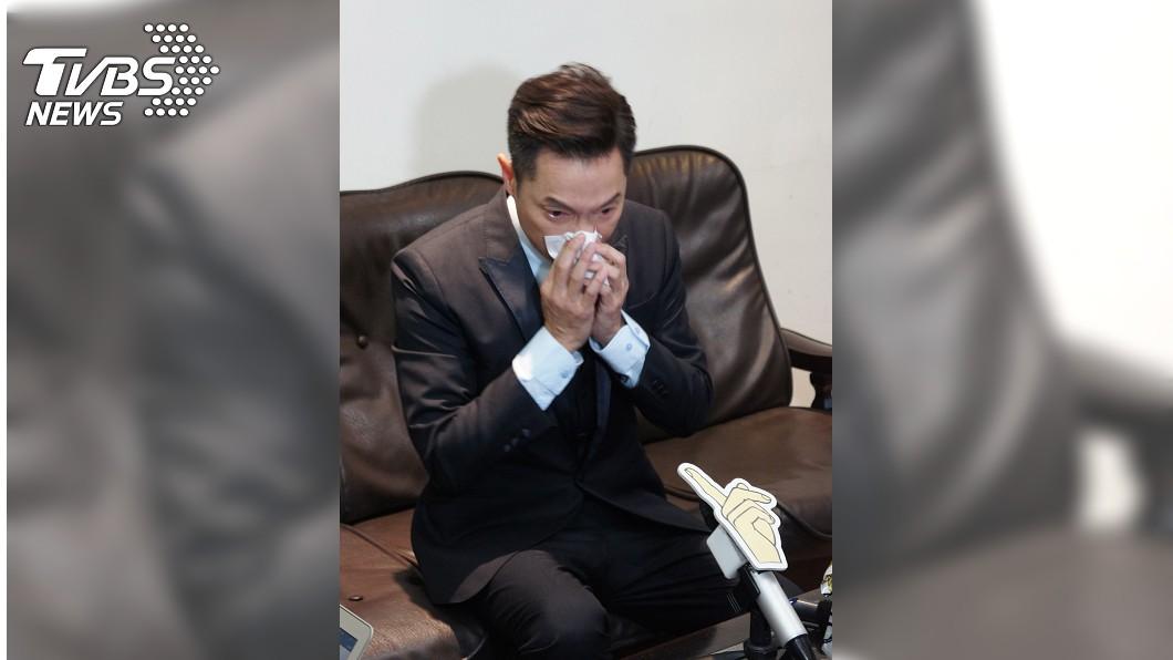 憶及母親發病狀況,謝祖武瞬間淚崩。(圖/TVBS)