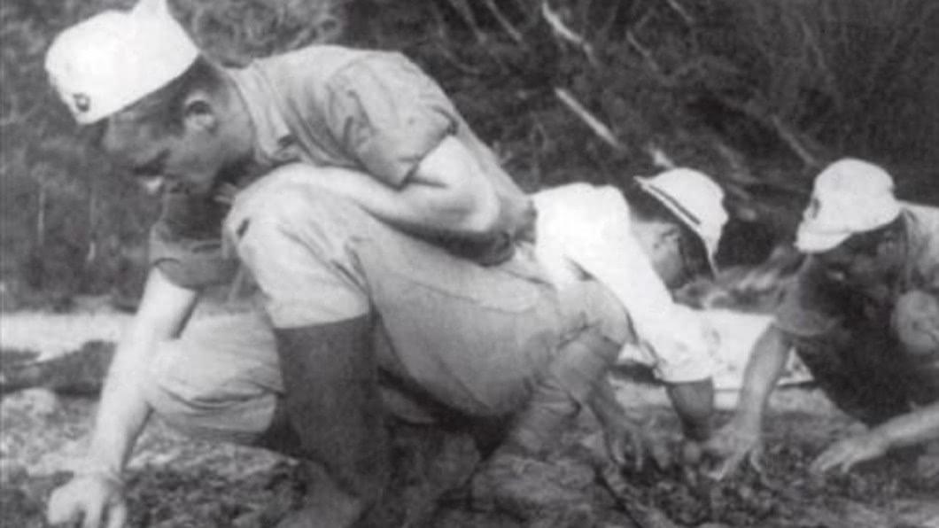 美軍在戰後上島撿拾飛行員遺骨。圖/翻攝美國國會圖書館 戰友全被俘虜煮成「人肉壽喜燒」 只剩老布希倖存