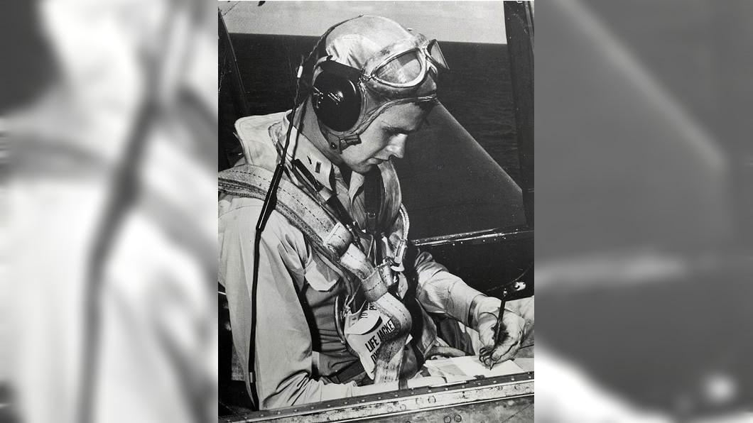 老布希是美國二戰時最年輕的海軍飛行員。圖/翻攝美國國會圖書館