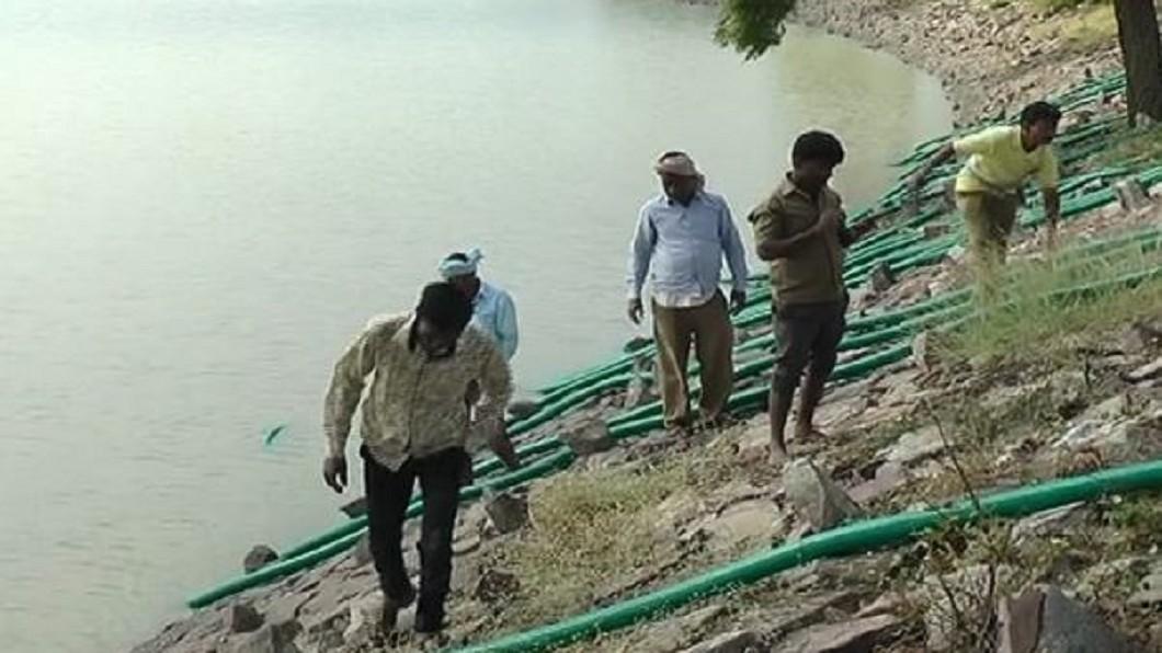 印度一座湖泊發現一具染愛滋的女屍,居民決定將湖水抽出。圖/推特 湖中女屍有愛滋! 居民怕喝「愛滋水」抽乾整座湖