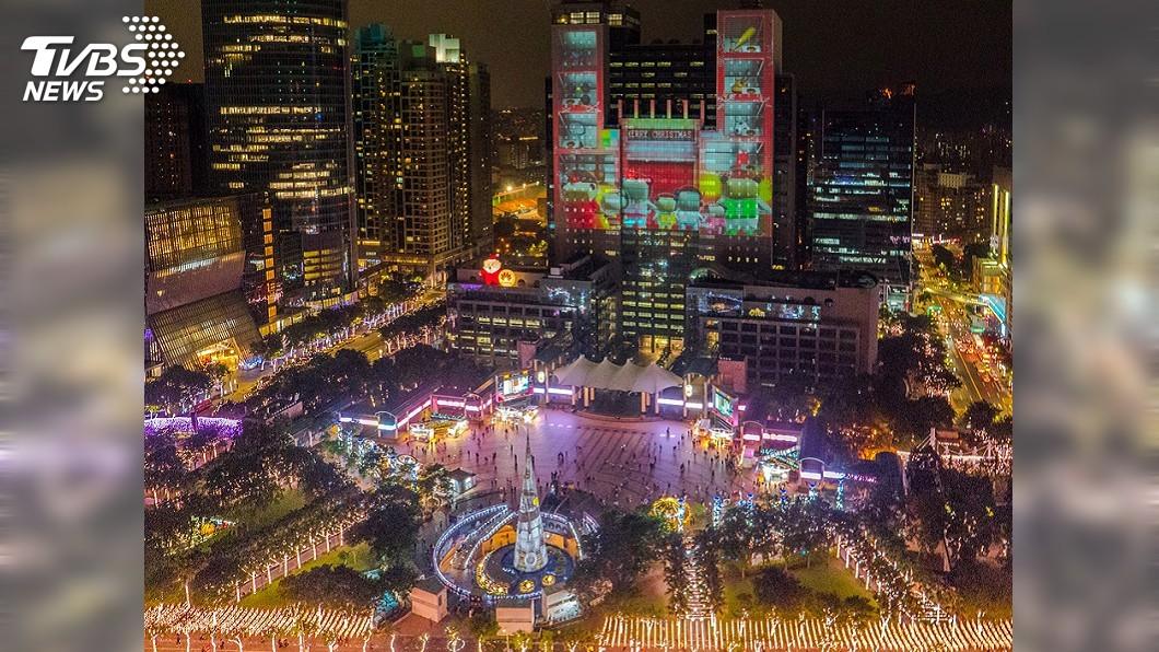 圖/中央社 歡樂耶誕城市集開張 3D光雕秀換新裝