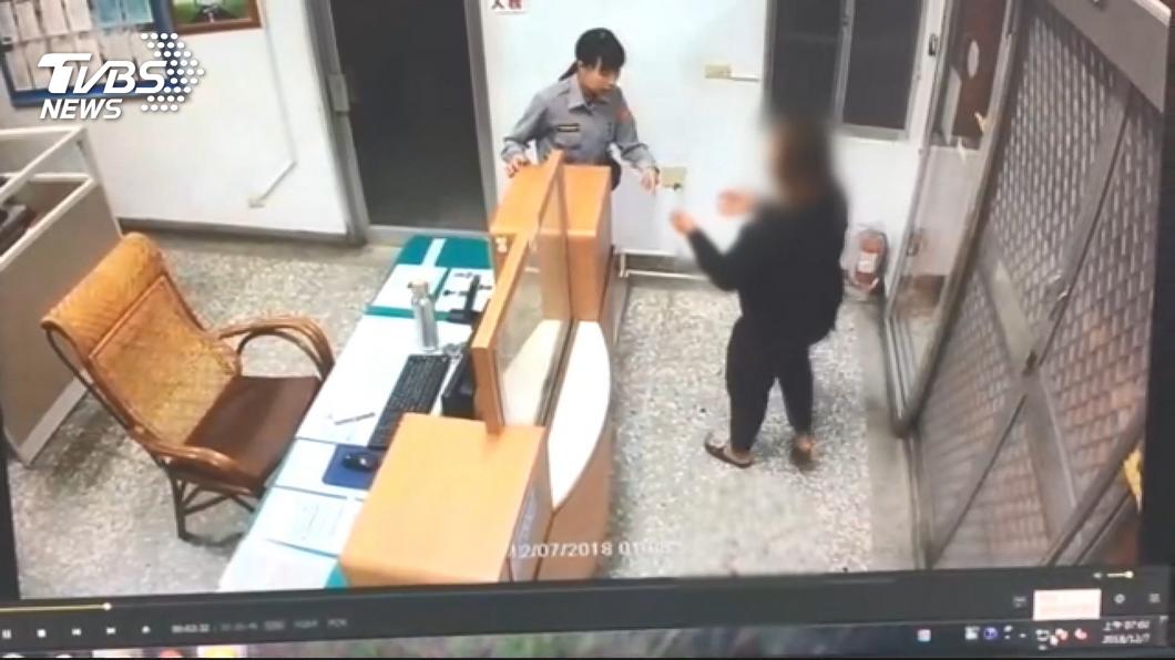 王婦渾身是血步入警局自首投案!圖/TVBS