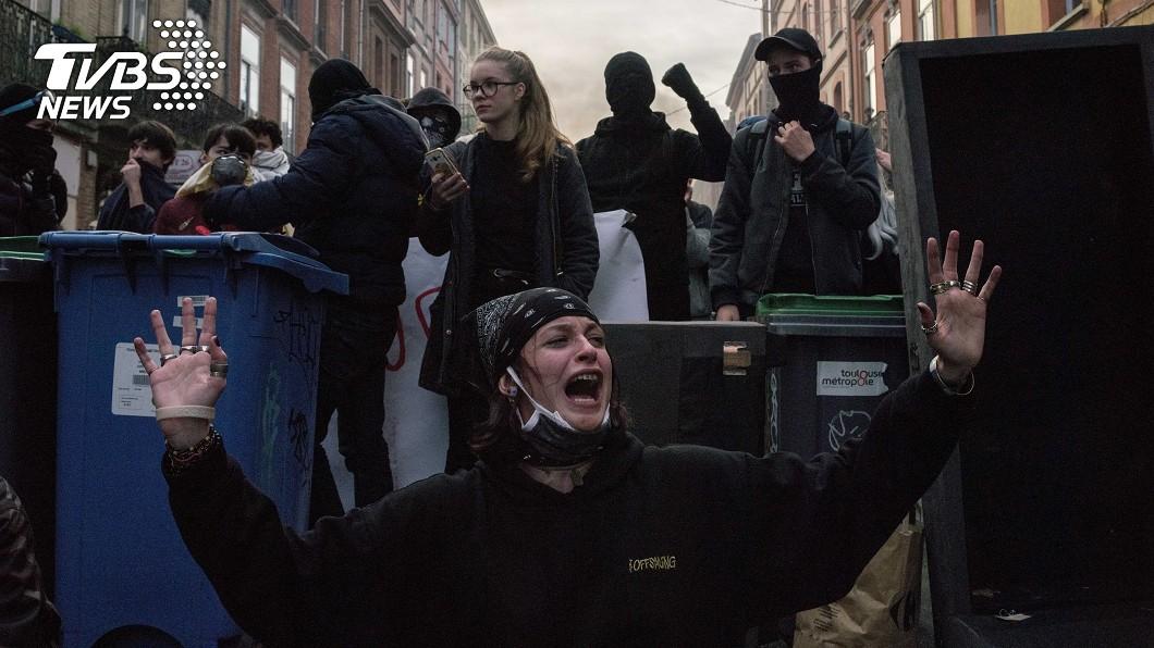 一名抗議民眾在示威運動時,跪著哭喊訴求。圖/達志影像美聯社 法警逮上百名抗議學生 束帶綑綁雙手逼跪面壁