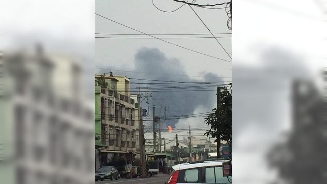 網友表示停電造成工業區一堆工廠排黑煙。圖/翻攝自PTT 高雄大停電!3萬多戶遭殃 9石化廠生產線停擺