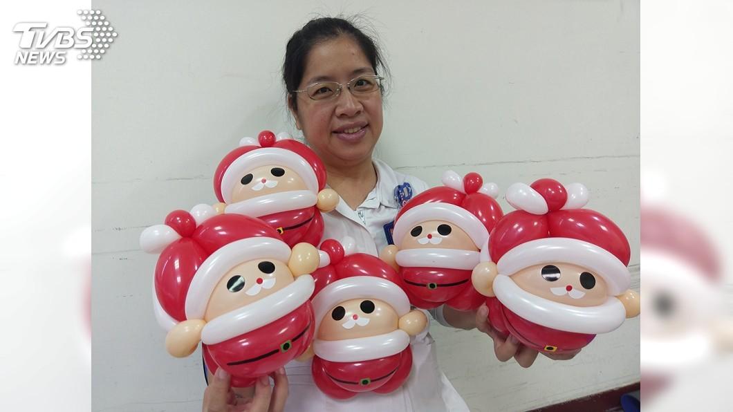 圖/中央社 募醫療救助金 護理師摺耶誕老公公氣球義賣