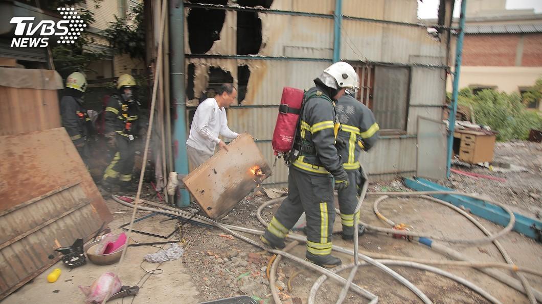 圖/中央社 特技團倉庫起火 百年古董道具遭燒毀