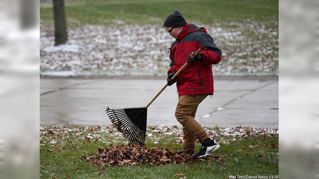 圖/翻攝自底特律新聞報 12歲男童掃落葉打工 只為「買墓碑」當聖誕禮物
