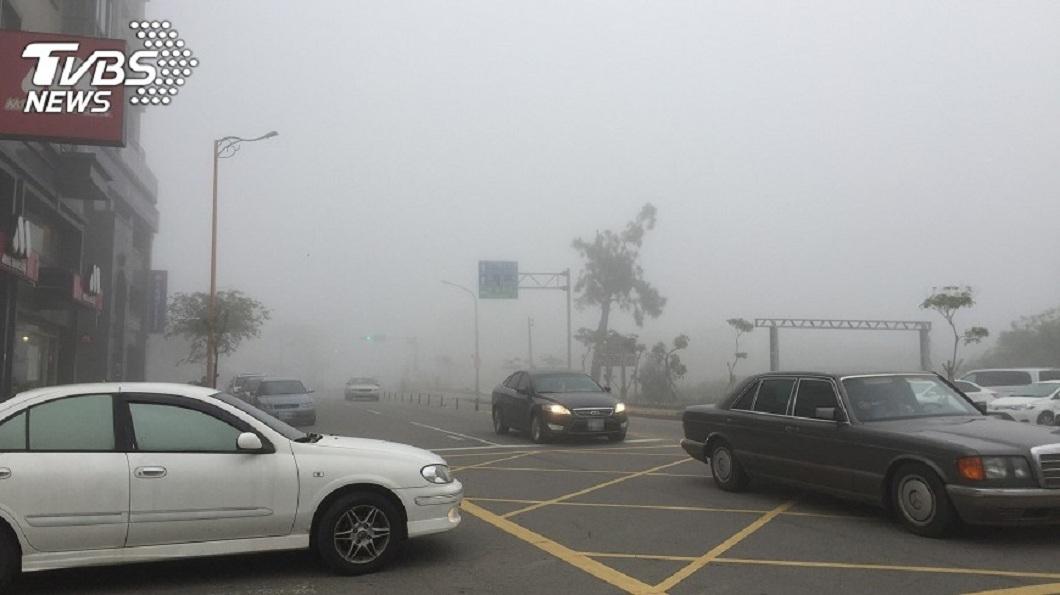 民眾開車若是遇到下雨或是起霧的天氣,車子通常都會開霧燈。(示意圖/TVBS) 汽車大白天開霧燈遭檢舉 吃上1200元罰單
