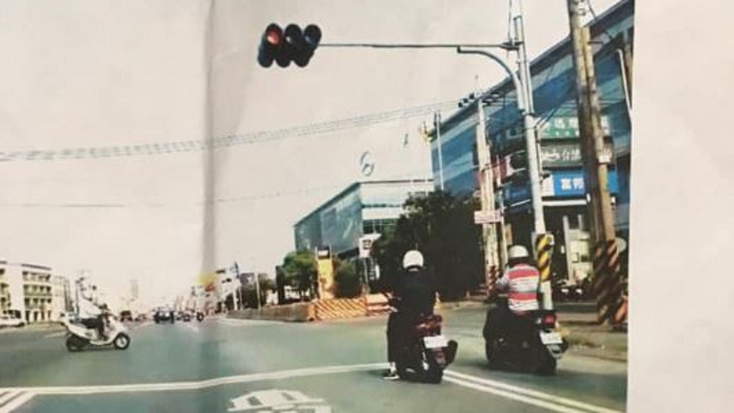 圖/翻攝爆怨公社 注意路邊白線!騎士跨越被罰6百 網傻眼:有這法規?