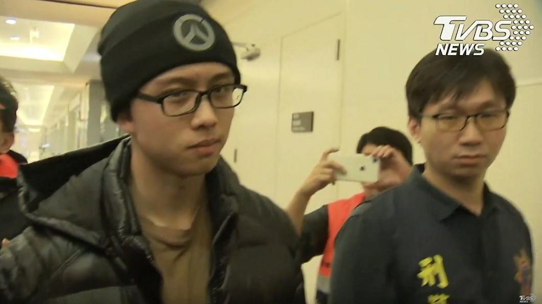孫安佐(左)11日晚間抵達桃機。圖/TVBS 孫安佐抵達桃機神情自若 竊笑看記者一團亂