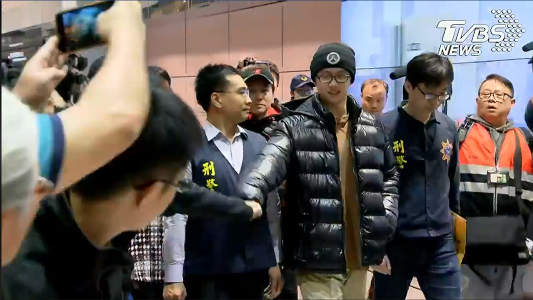 孫安佐與疑似來接機的友人擊掌。圖/TVBS