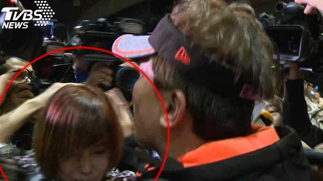 狄鶯11日到機場接兒子,在場媒體太多引發推擠。(圖/TVBS)
