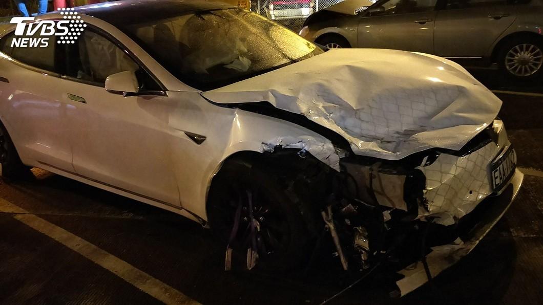 特斯拉因撞擊導致車頭凹陷,所幸這起車禍無人傷亡。(圖/TVBS)