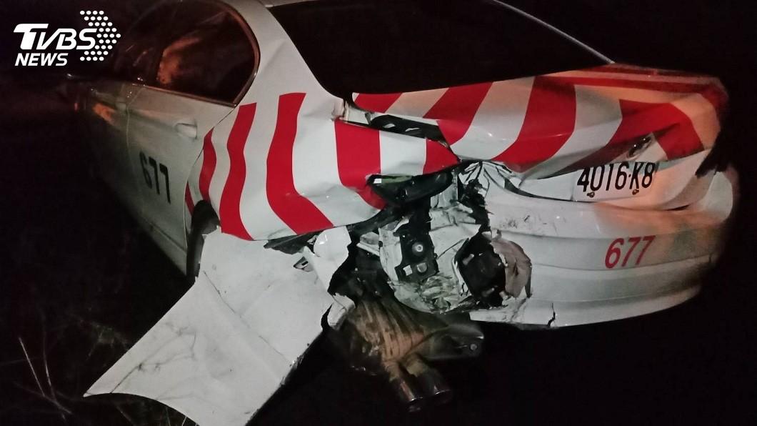 肇事車輛先撞上國道編號677的警車。(圖/TVBS)