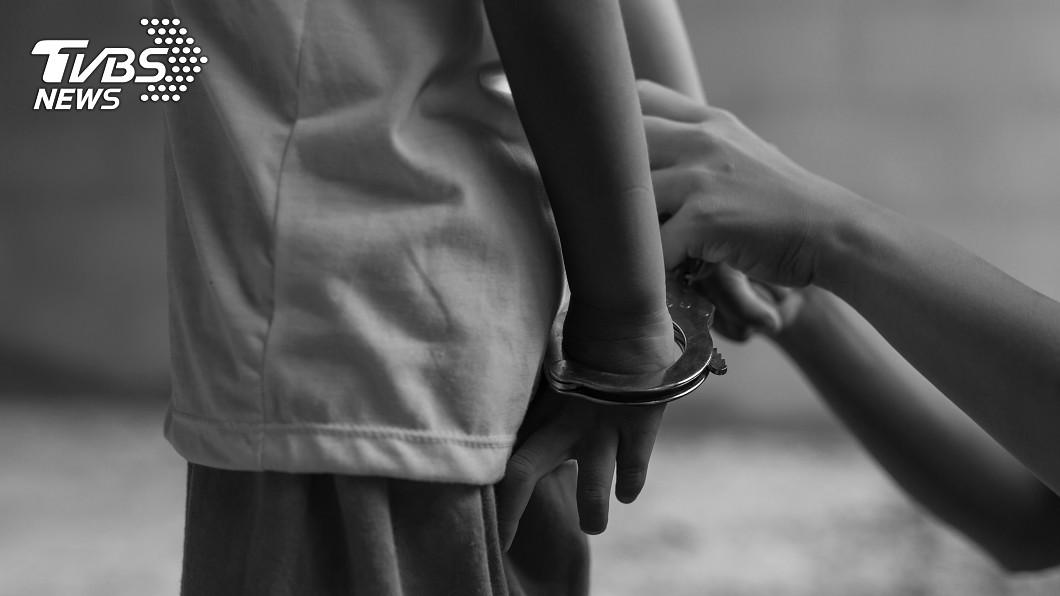 示意圖/TVBS 男童遭「吐煙灌嘴+甩巴掌」致死 無照保母情侶檔判重刑