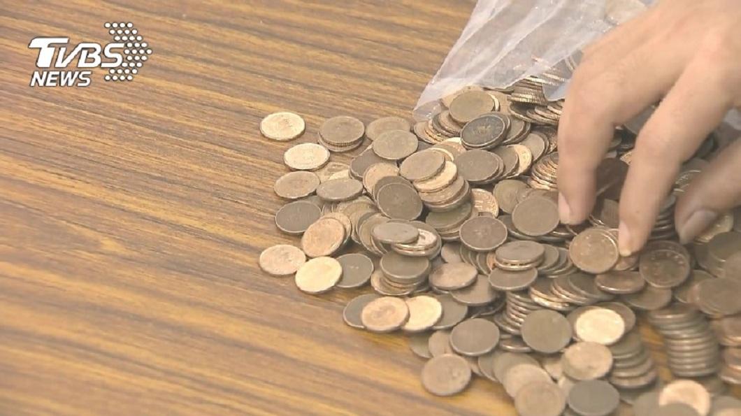 有男子因為積欠4.8萬元債務,全都用1元硬幣來支付。(示意圖/TVBS) 男欠4.8萬全用1元硬幣還債 債主扛16公斤受傷怒告