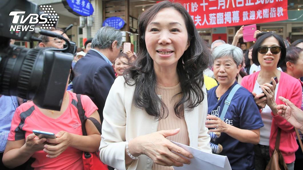 圖/TVBS 李佳芬就職典禮會「露香肩」 設計師驚呼:她身材0缺點