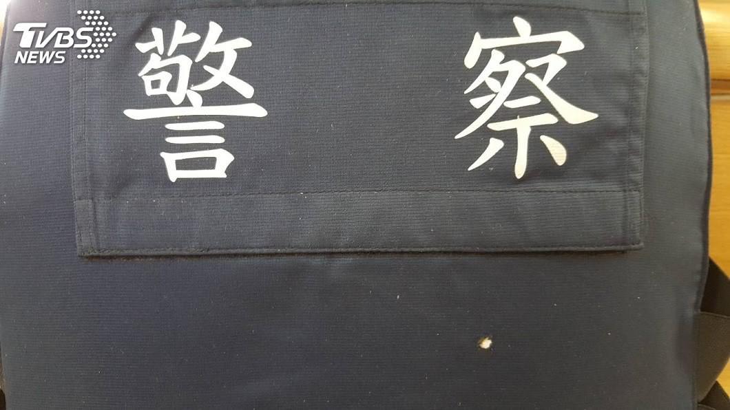 其中王姓所長遭歹徒開了3槍,所幸有防彈背心保護。(圖/TVBS)