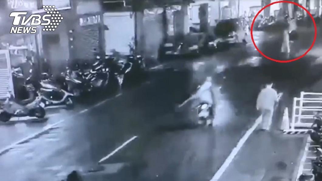 圖/TVBS 妻遭騎士撞飛喪命 夫撫屍痛哭「別睡了,快起床」