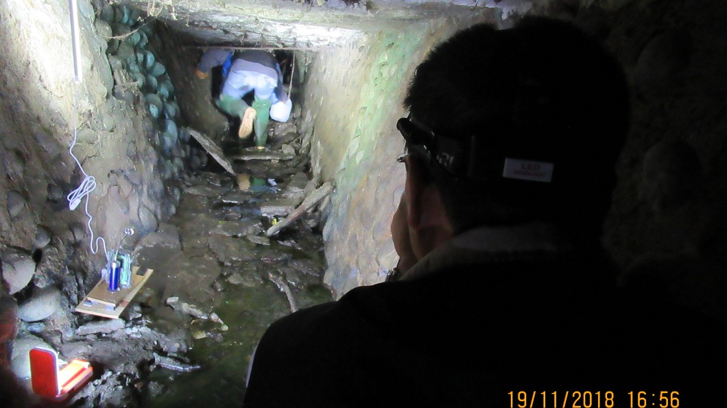 環保署督察人員於狹窄空間執行蒐證作業。圖/環保署提供