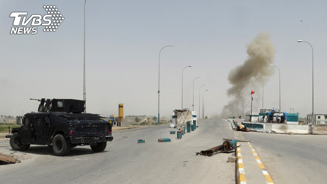 伊拉克跟伊斯蘭國恐怖分子發生衝突,炸彈襲擊當地引發煙霧。圖/達志影像路透社