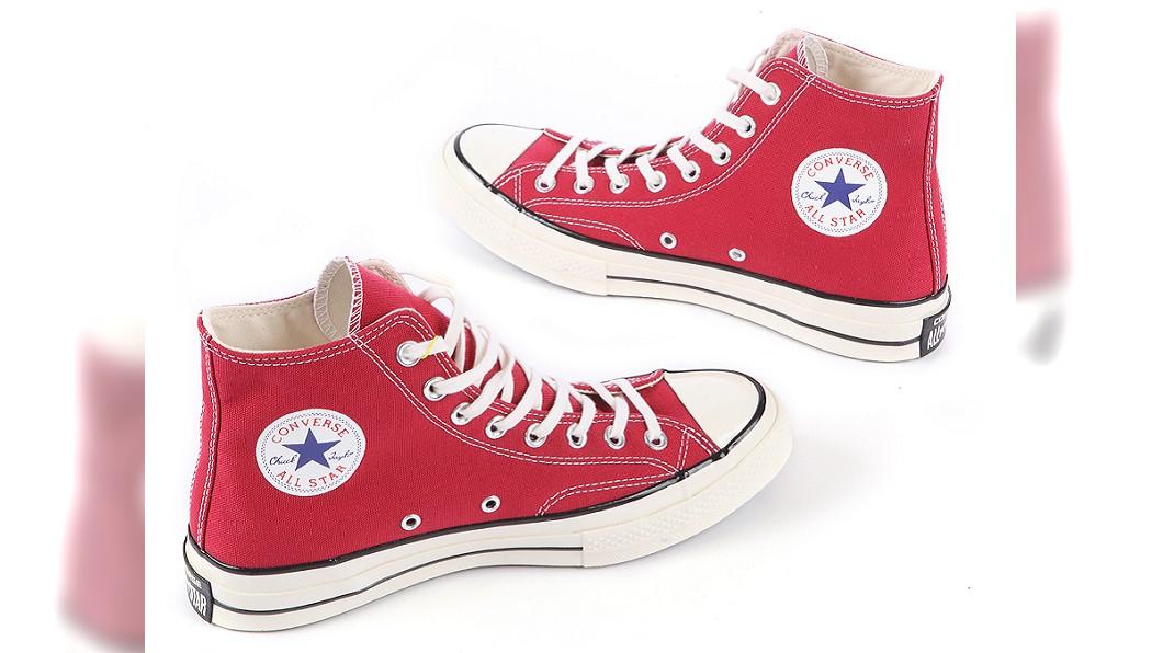 GLORIA OUTLETS華泰名品城,Converse紅色高筒經典帆布鞋,原價2千480元,特價只要990元。圖/廠商提供