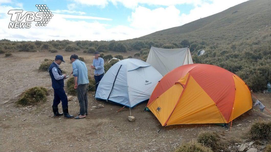 母子在合歡山紮營違反國家公園法規定。圖/保七總隊提供