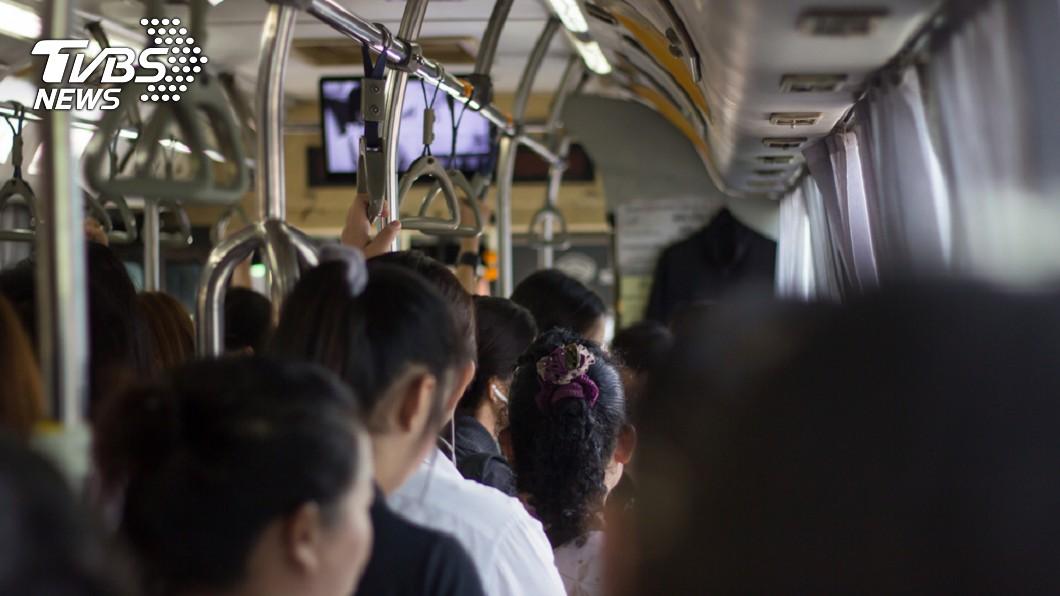 公車上滿滿人潮,很難找到座位。示意圖/TVBS 「腳都麻了!」暖弟聽完展現神翻譯 乘客秒讓座