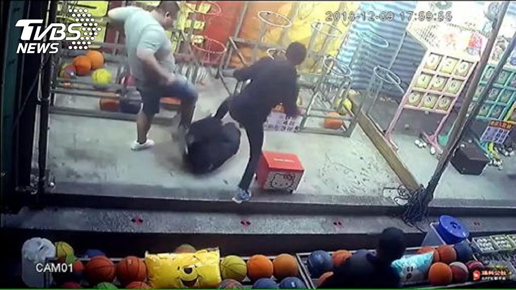 9日攤商遭3名惡煞討債、圍毆。圖/TVBS