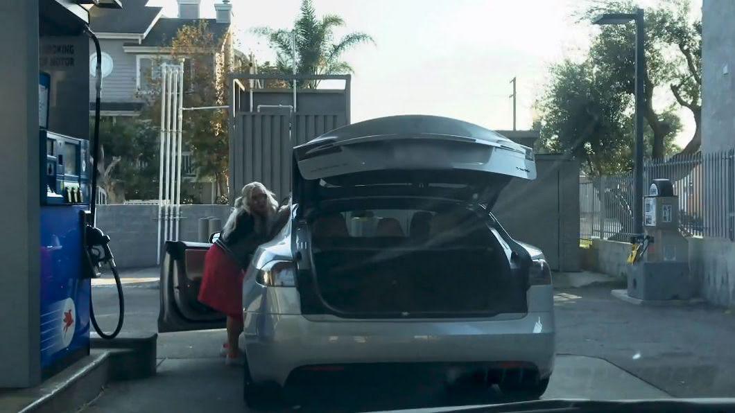 女駕駛找加油孔,卻把後車廂打開。圖/翻攝自YT, xyperox頻道