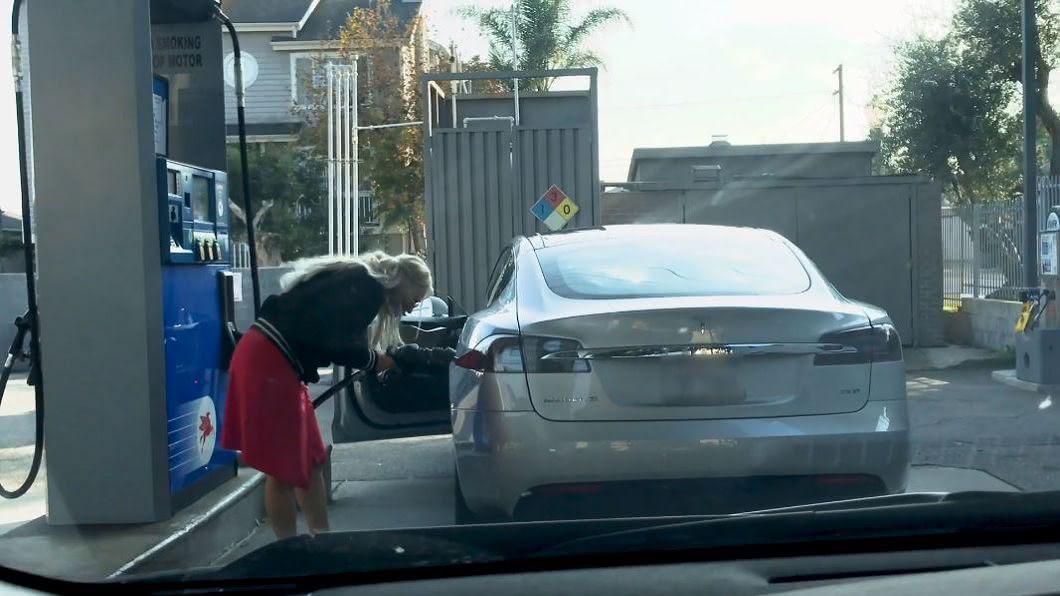 女駕駛試圖將油槍插入特斯拉。圖/翻攝自YT, xyperox頻道