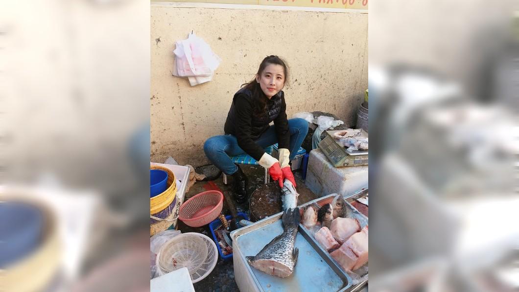 這名賣魚正妹的殺魚動作頗專業。(圖/翻攝自爆廢公社二館)
